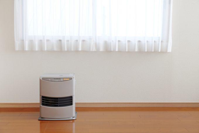 ストーブなどの暖房機器は窓際に置く事でガス代や灯油代の節約に