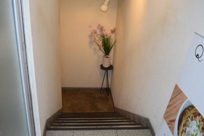 のれんをくぐると地下ヘ通じる階段