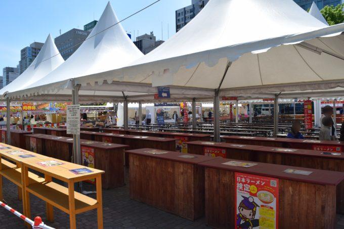 札幌ラーメンショーの立食席とテーブル席