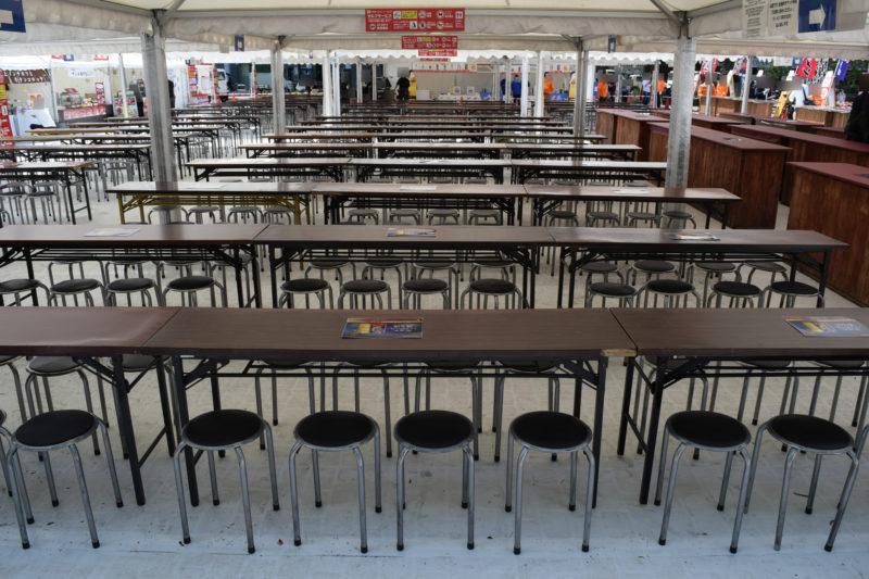 テーブル席は長テーブルとパイプ丸椅子の仕様
