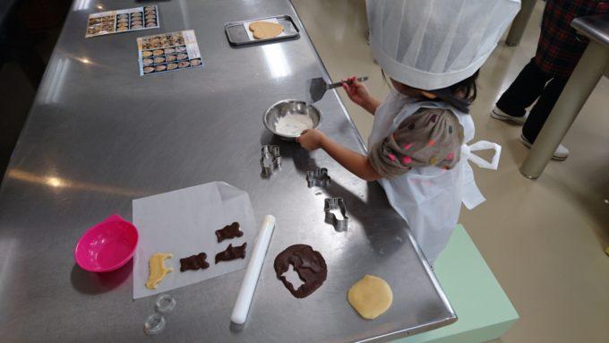 型をぬいて余った生地は、まとめて麺棒でまた伸ばせば、1つでも多くのクッキーが作れます。