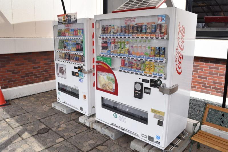 待機列脇には飲料自動販売機