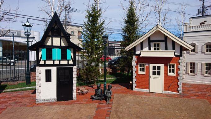 スポーツ選手の家(左)と魚釣りの家(右)