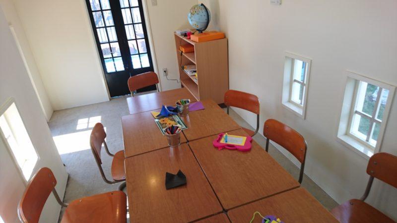 学校の教室内