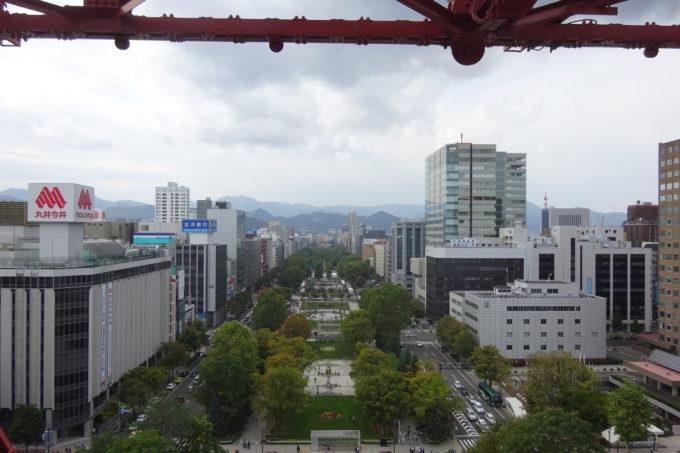 テレビ塔の裏側からの大通公園方面