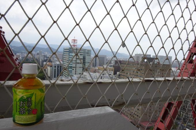 階建の途中にさっぽろテレビ塔のスタッフの方がいて飲み物のサービス