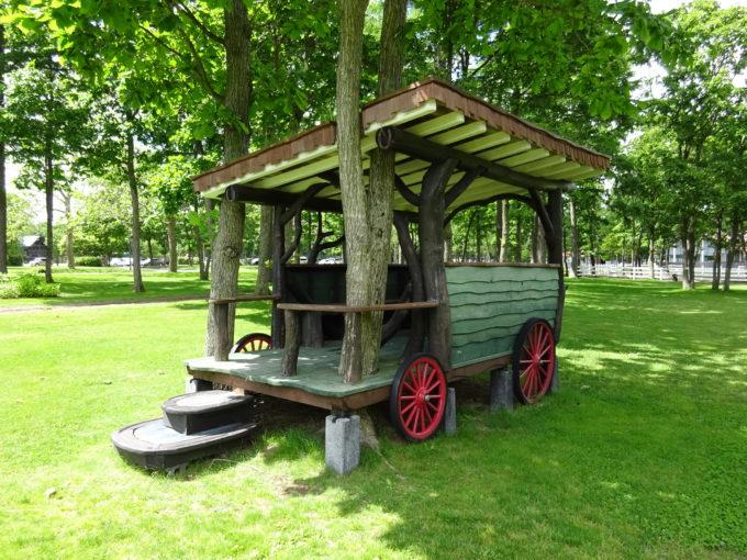 幌馬車の形をした休憩スペース