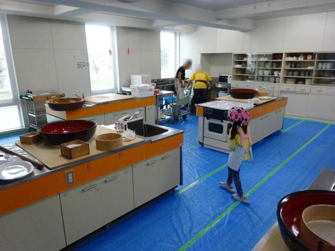 そば打ちは調理実習室