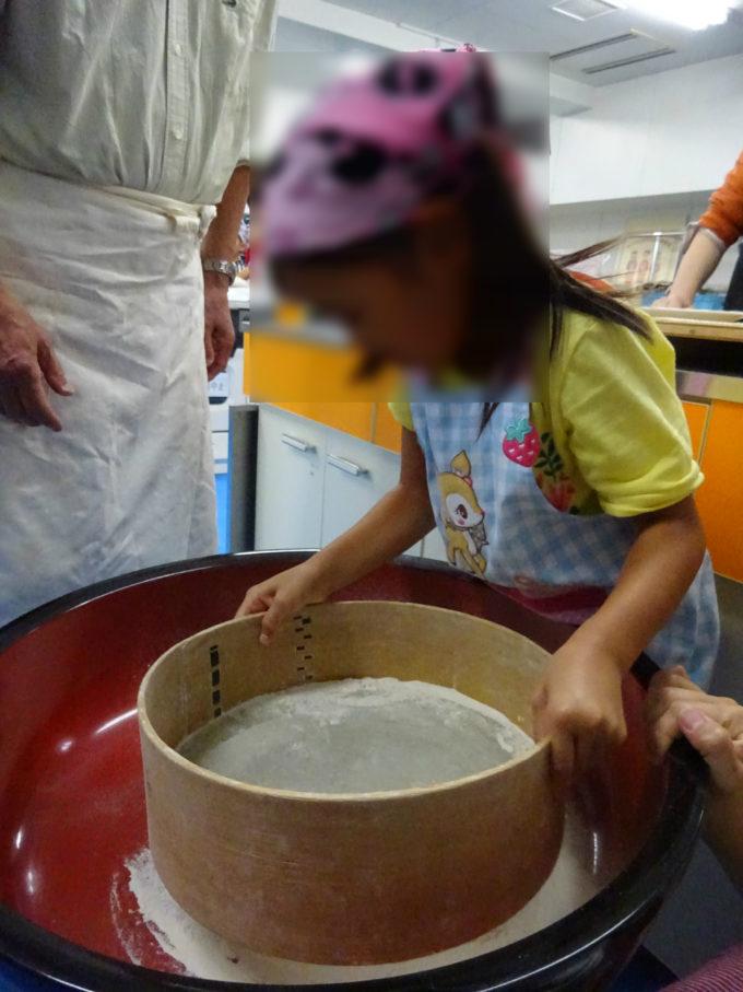 そば粉の塊を細かく均一にするために篩(ふるい)にかけます
