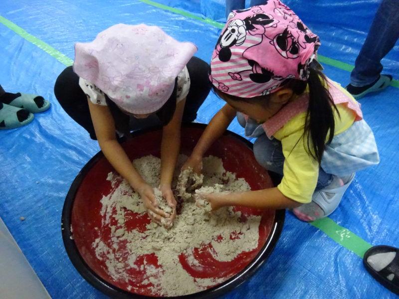 そば粉に水を均一にいきわたらせフレーク状にしていきます。