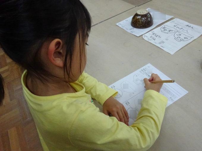 茶碗の絵柄をどんなデザインにするかを下書き