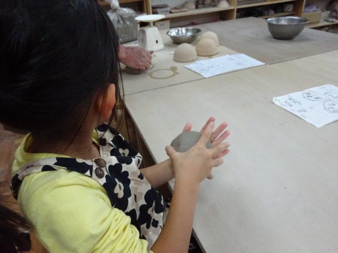 粘土のかたまりを丸く