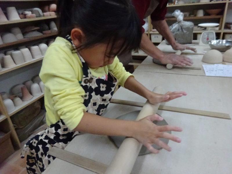 今度は綿棒を使って平らに伸ばしつつ丸くしていきます。
