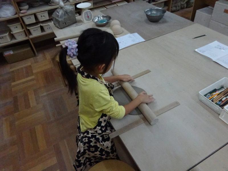 板作りでの陶芸は初めてですが上手に丸くなってきました。