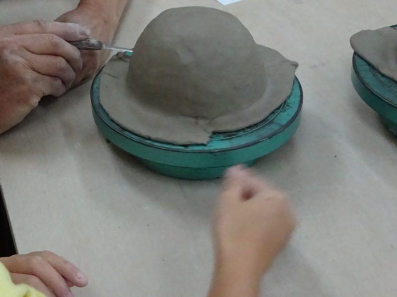 お茶碗の縁の部分をカット
