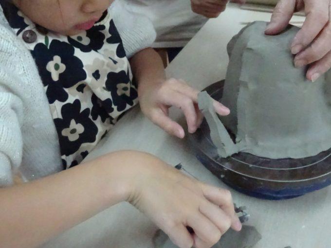 切弓で粘土をカット