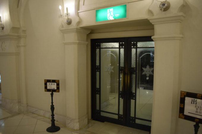 地下のトイレ入口