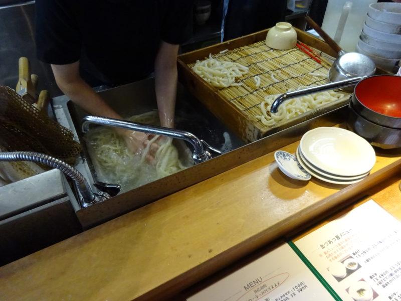 打ち立ての麺を茹で上げて流水へ