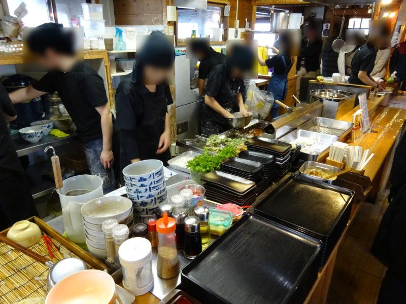 この黒いお盆の場所は、番号札が呼ばれてうどんや天ぷらの受け渡しをしたり場所なので空けて並びましょう。