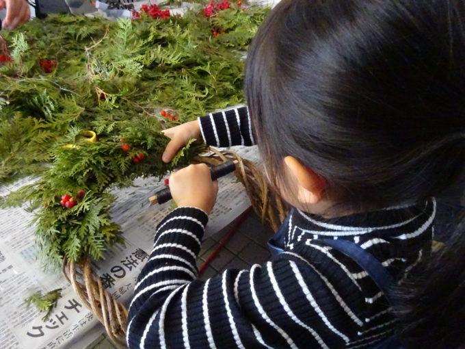 ヒバの葉の表を上にして4~5枚重ねて葉先を翡刈側にして根元をワイヤーで2回巻いて固定します。