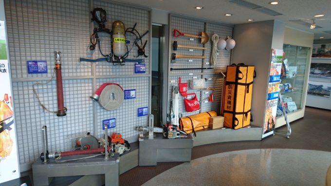 消火ホースや管そう、空気呼吸器、ボンベ、エンジンカッター、チェーンソーといった防災資機材