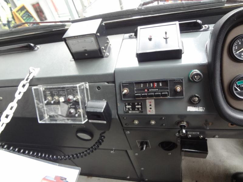 はしご車運転席には沢山のスイッチや無線