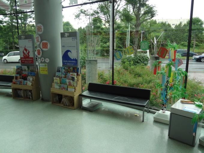 1階防災図書コーナーにあるベンチ