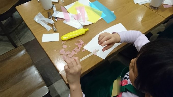 ちぎった和紙はのりで貼り付けます。