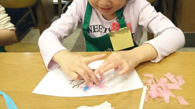 ちぎった和紙をデザインしたタンブラーの台紙に貼っていきます。