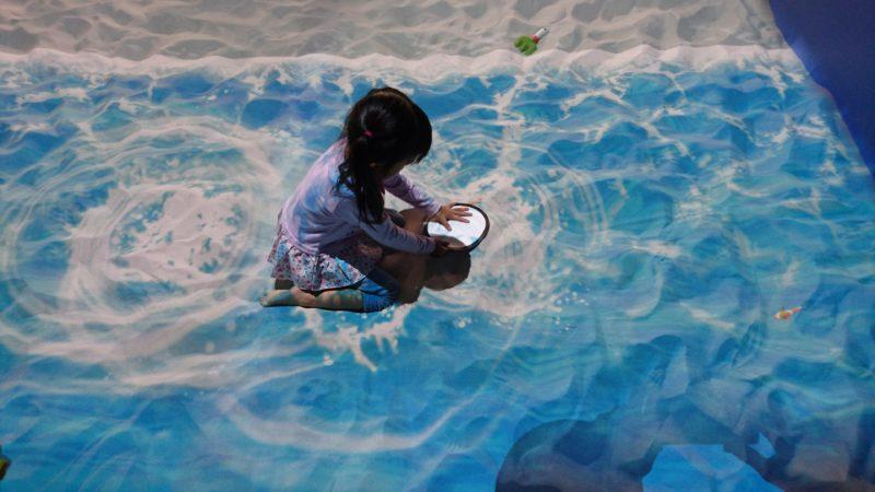 水の上や潮だまりを歩くと波紋が広がったり、水しぶきが上がります。