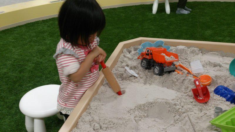 固まる砂をこねたり