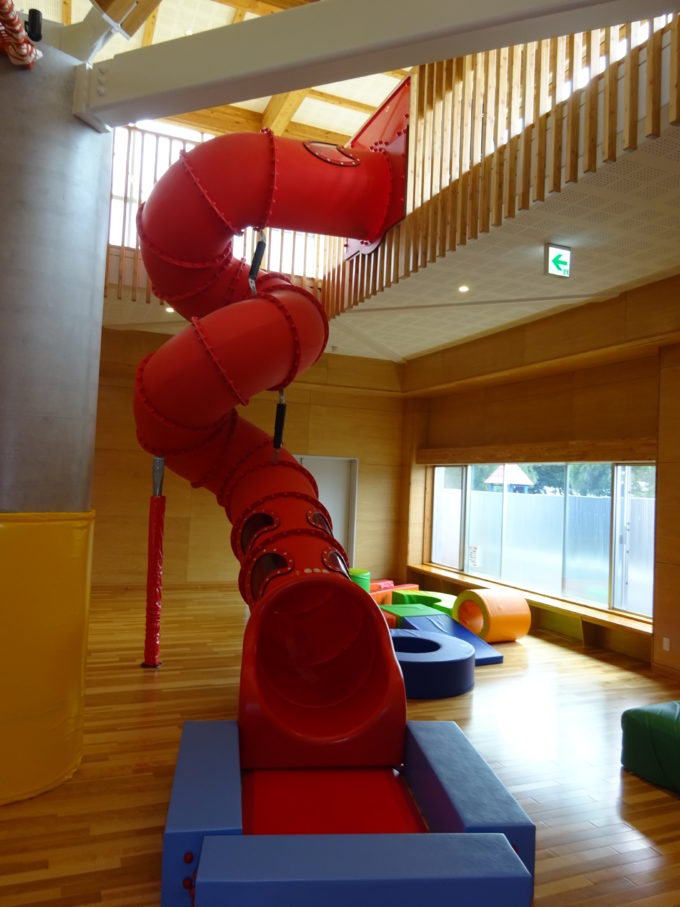 幼児専用コーナーにあるキッズジムの滑り台