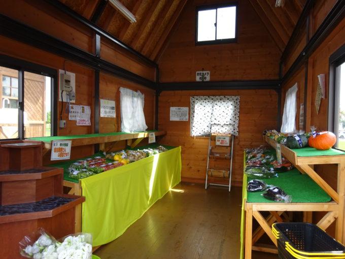 7月~10月に地元産新鮮野菜を販売しているやさい館