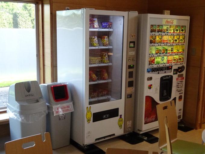 紙パック飲料とお菓子の自動販売機