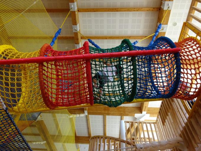 1階運動スペースから見上げるネット遊具