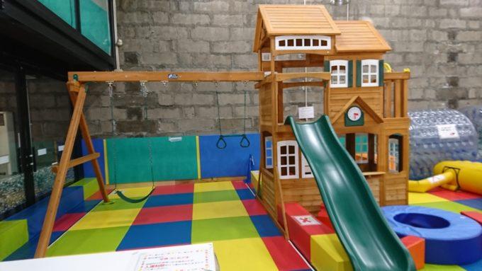 ブランコと滑り台付きの木製遊具。