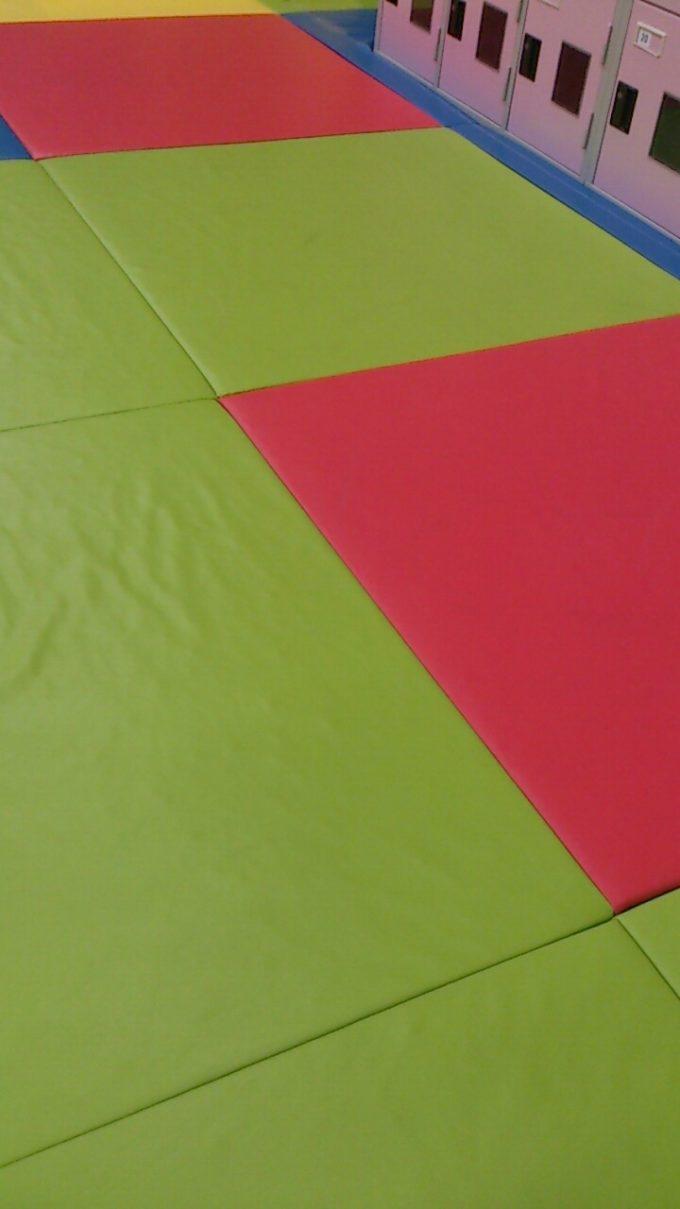 床は全面プレイマットなので安心