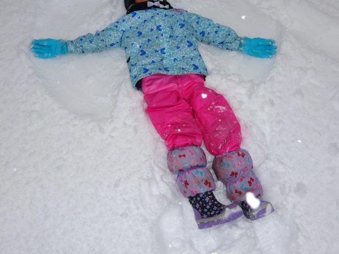 真っ白に降り積もった雪の上に寝転んで天使の羽根を作ってみたり。