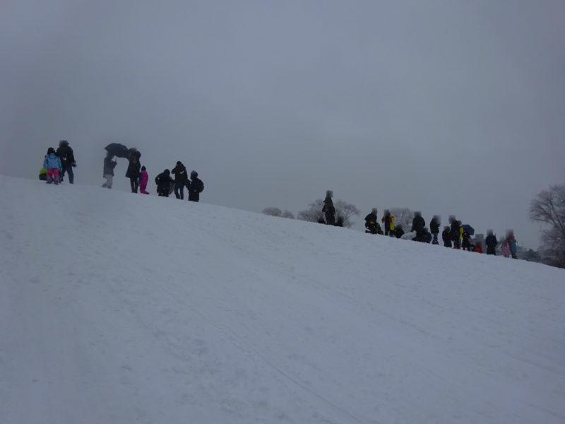 伏古公園の築山は冬になるとソリ山