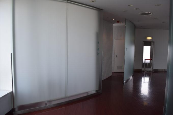 展望室北側に男女別トイレ及びバリアフリートイレ