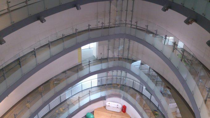 こども遊学館の1階から4階までの吹き抜け