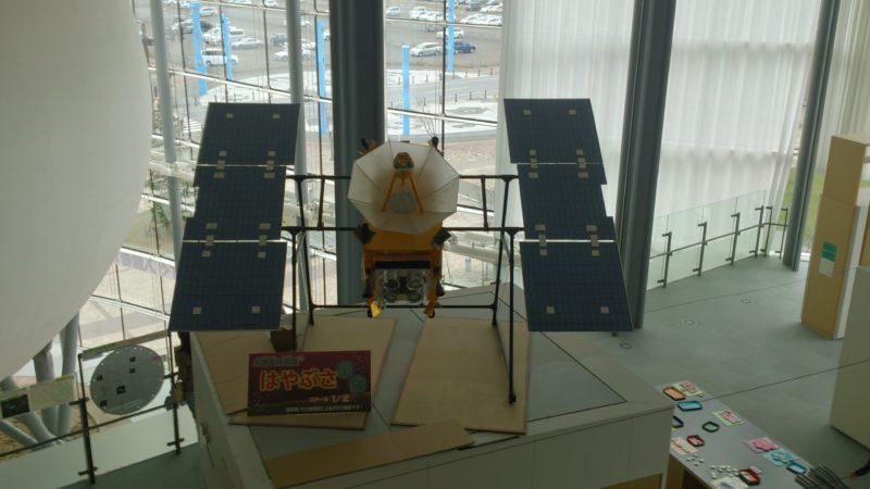 小惑星探査機「はやぶさ」のスケール1/2模型