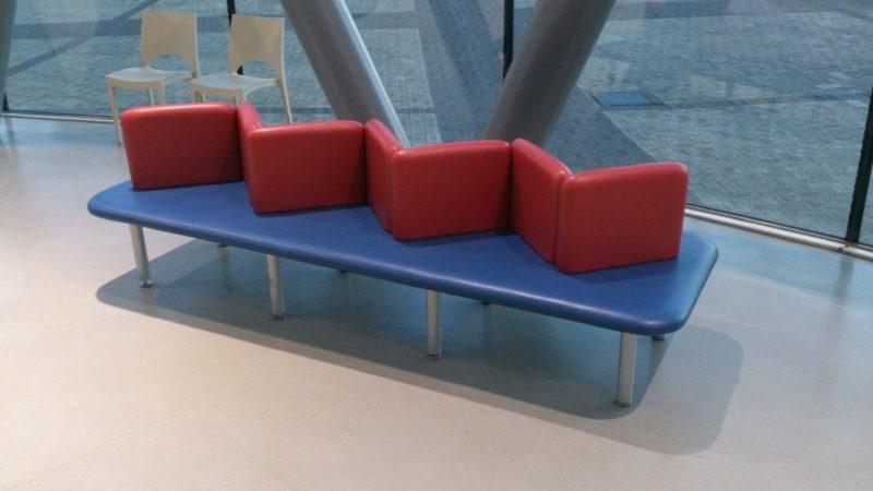 両側から複数の人が座れるベンチ