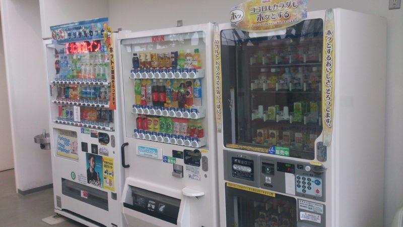 紙パック、缶ジュース、ペットボトルの自動販売機