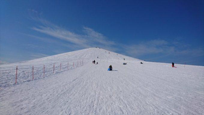 モエレ山の山麓から見る中腹と山頂方面