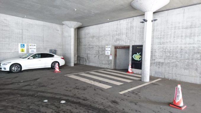 P2駐車場からガラスのピラミッドまで