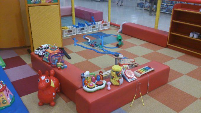 小さい子供が遊べるおもちゃが沢山