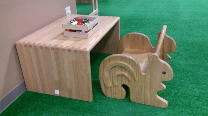 木製の椅子と机