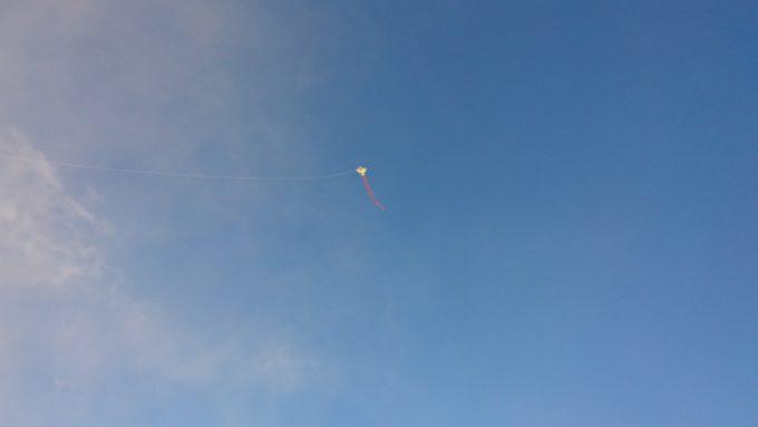 3歳くらいなら1人で凧揚げができます。