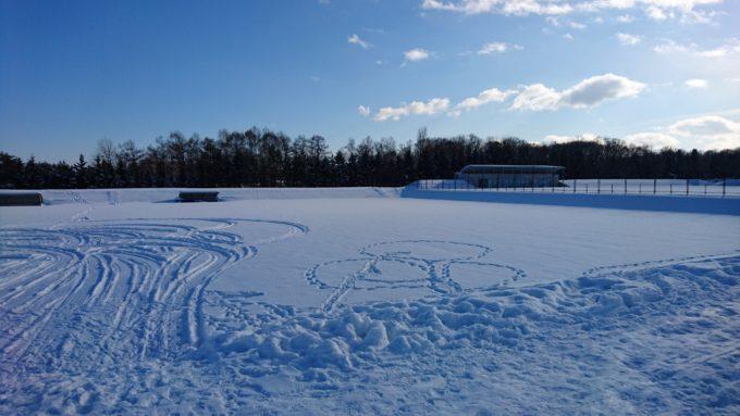 雪に埋もれたサッカー場